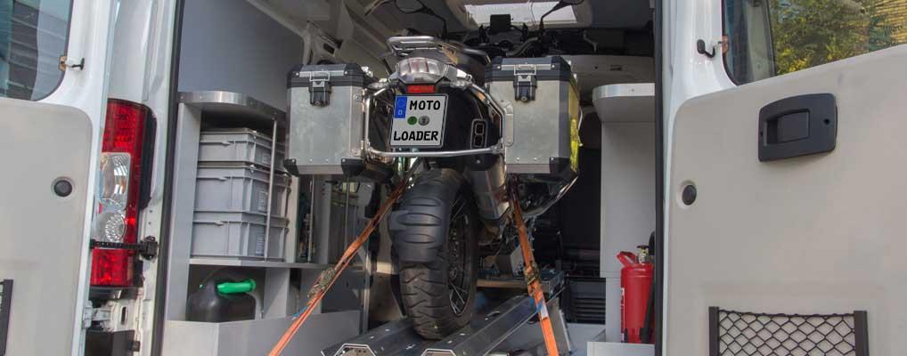 Schweres Motorrad auf Verladehilfe MOTOLOADER sicher verzurrt