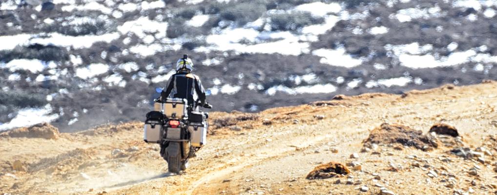 Mit MOTOLOADER transportiertes Motorrad am Zielort Expedition