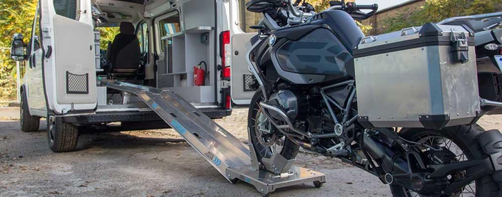 Sicherer Stand auf dem Rollschlitten des Motorrad Verladesystems MOTOLOADER